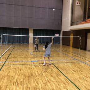 志木市民体育館でバドミントンする